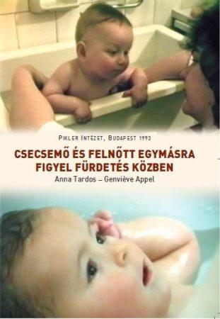 Csecsemő és felnőtt egymásra figyel fürdetés közben